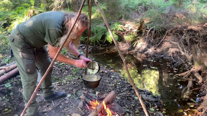 Radim Sieber a já | Pohoda v korytu potoka | Lesní Paella v hliníkovém kotlíku